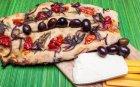 Френски хляб с червен лук и чери домати