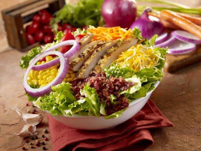 Шарена пилешка салата