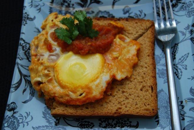 Филийки с яйца и доматен сос