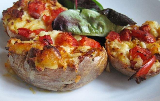 Печени картофи с моцарела и чери доматки