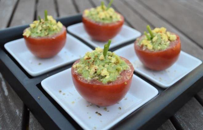 Пълнени домати с авокадо